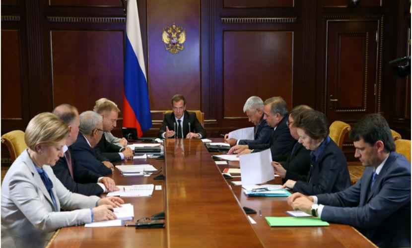Медведев: В стране немало школ, где грустно