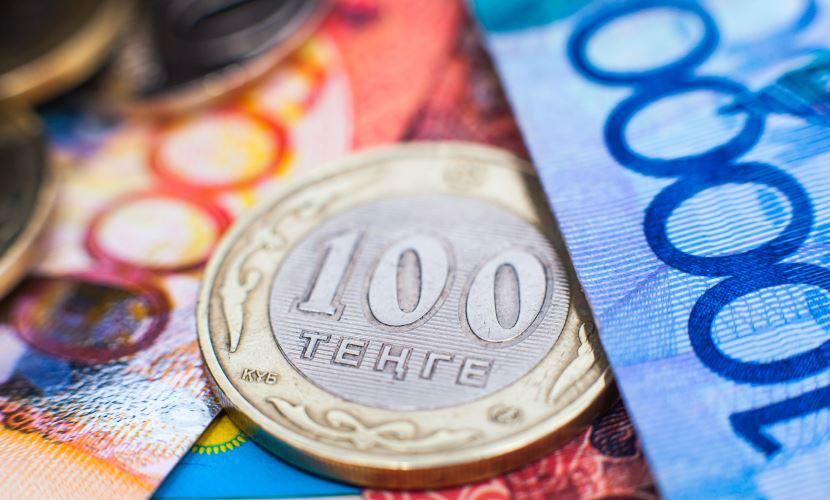 Тенге повторяет судьбу рубля, но Нацбанк Казахстана его не спасает