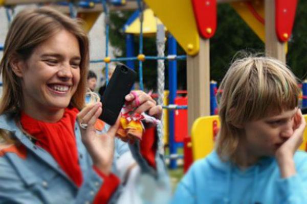 Водянова объяснила, почему не забирает сестру-аутиста из России, где ту обижают