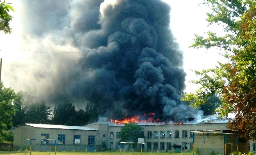 «Грады», танки и минометы ударили по жилым домам в Донбассе