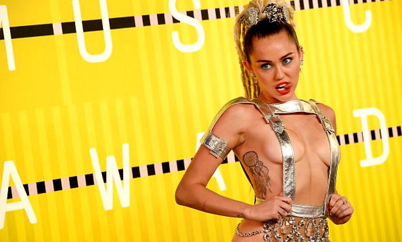 Майли Сайрус полуголой пришла на церемонию MTV