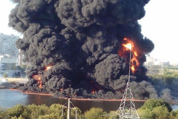 Пожар в Марьино стал следствием разрыва нефтетрубы под водой