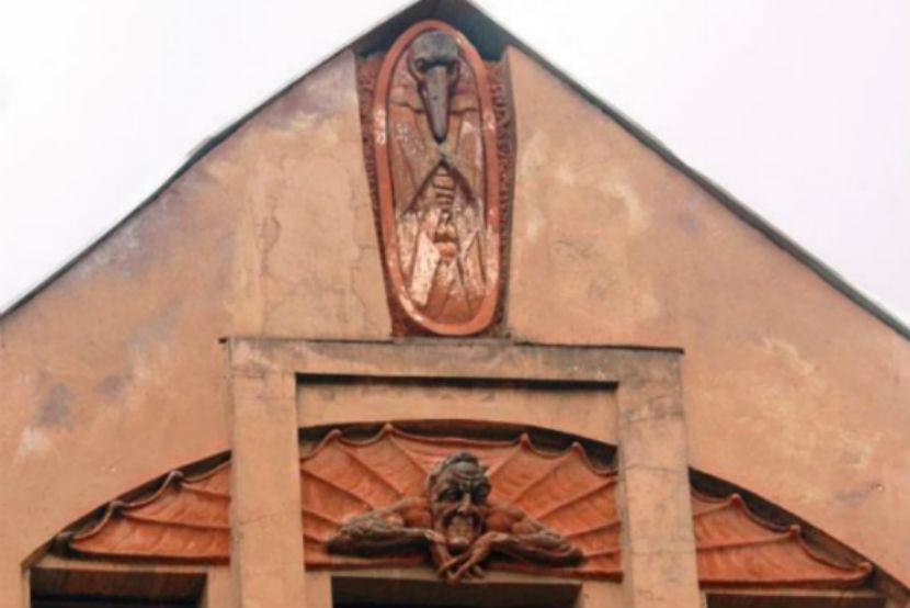 Исторический барельеф Мефистофеля в Питере разбили за 5 тысяч рублей