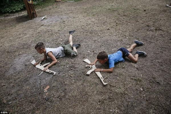 В СМИ появились фото из спецлагеря «Азова», где бойцы батальона учат воевать детей