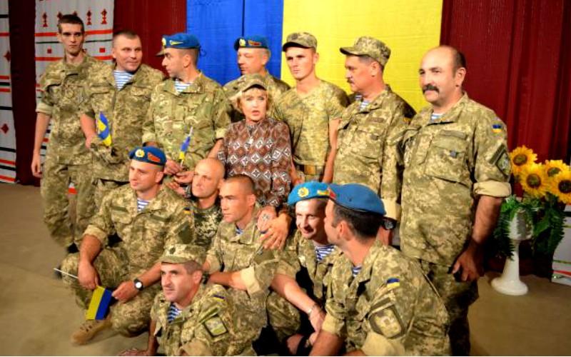 Ада Роговцева с дочерью устроила в Донбассе шоу для украинских солдат