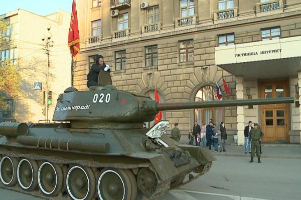 «Ночные волки» везут в Севастополь танк Т-34