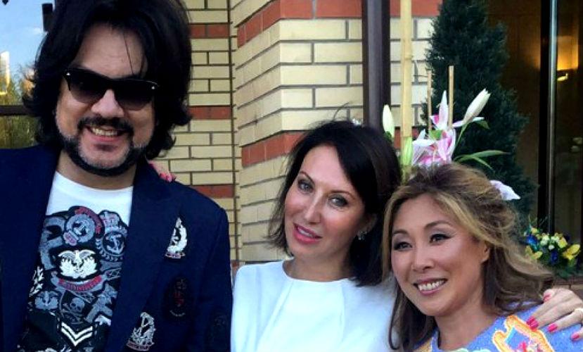 Анита Цой опровергла слухи о разводе, пригласив звезд на серебряную свадьбу