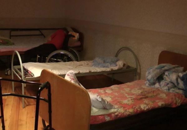 Двое стариков попали в реанимацию после мучений в доме престарелых