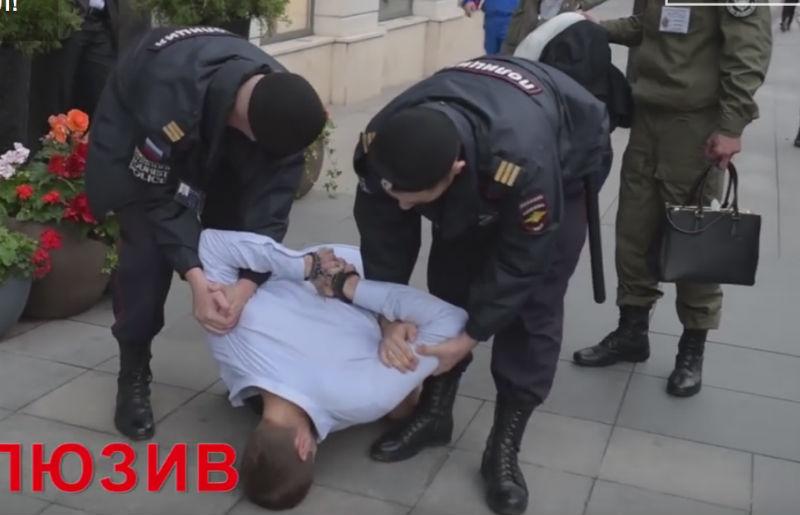 Сотрудник мэрии Москвы, бегавший без штанов возле ГД, скрывается от следствия
