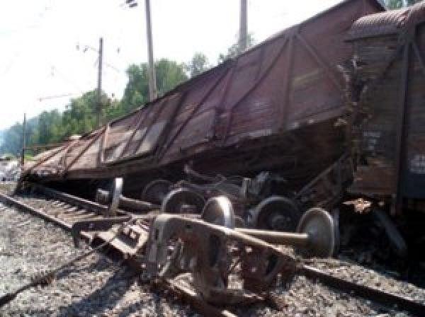 Четыре вагона грузового поезда сошли с рельсов в Подмосковье