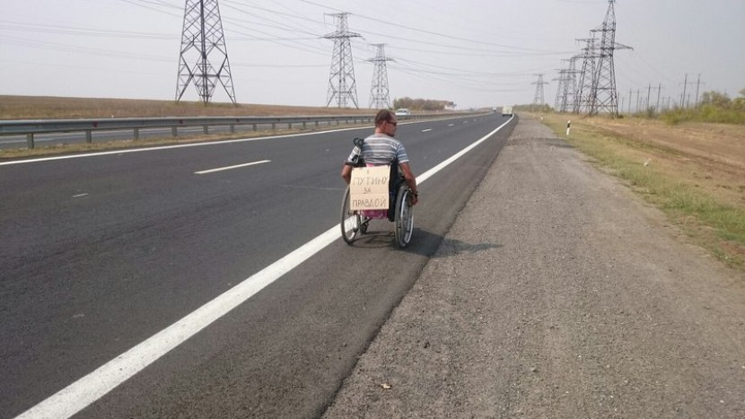 Инвалид из Волжского на коляске направился к Путину
