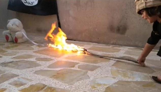 Малыш из ИГИЛ устроил огненную расправу над игрушкой