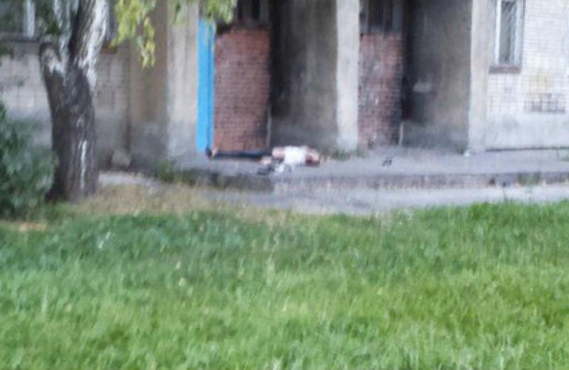 Девушка разбилась насмерть, выпав из окна квартиры друга