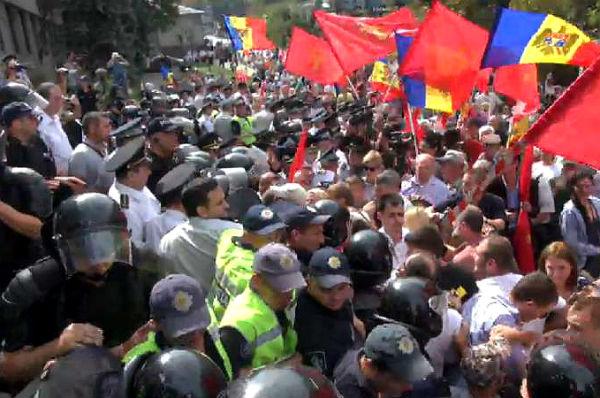 Стотысячный митинг в Кишиневе перерос в потасовку с полицией