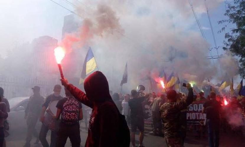 Тысячи националистов палят дома в Одессе, требуя освободить убийц