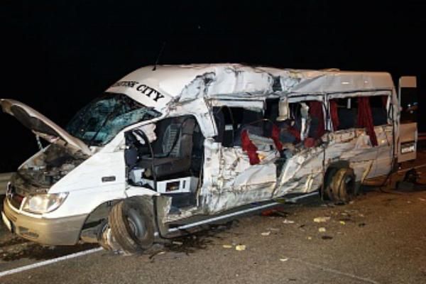 Три человека погибли при столкновении грузовика и микроавтобуса в Удмуртии