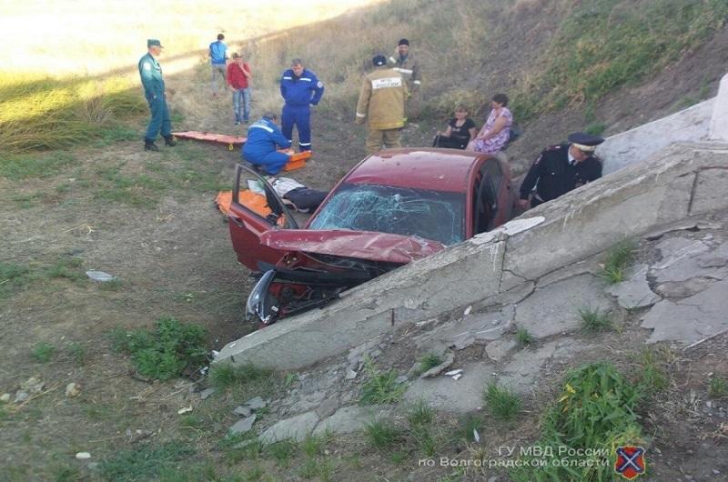 Семья на Hyundai провалилась в 10-метровый водоотлив под Волгоградом