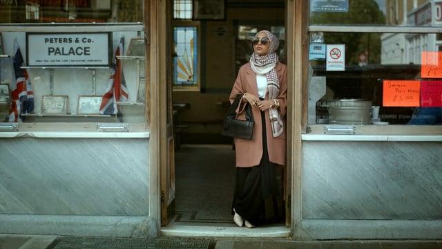 В рекламе H&M впервые сняли женщину в хиджабе