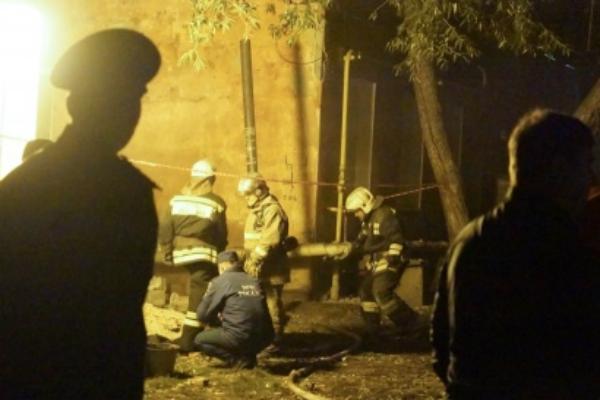 Живую женщину извлекли из-под завалов рухнувшего дома в Омске
