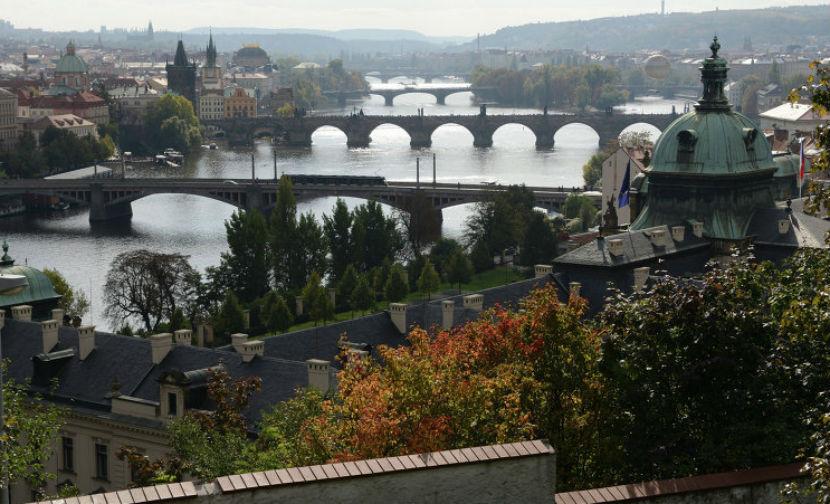 Над резиденцией чешских королей и президентов подняли красные трусы
