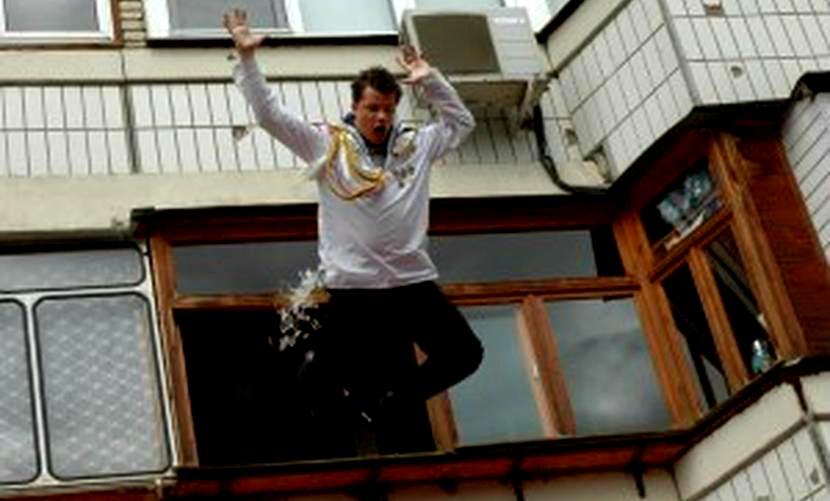 Подозреваемый в убийстве ростовчанин во время обыска выпрыгнул с балкона 12-го этажа