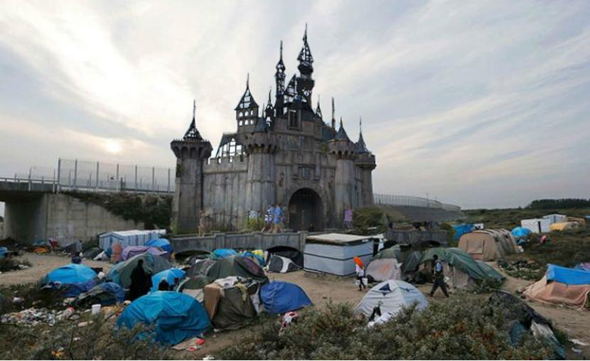Бэнкси отдал беженцам постройки из своего парка развлечений Dismaland
