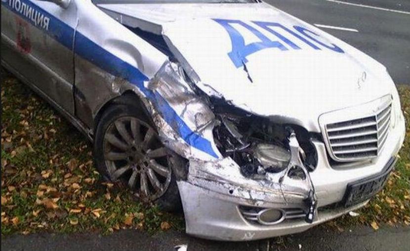 Патрульная машина разбилась во время погони за нарушителем