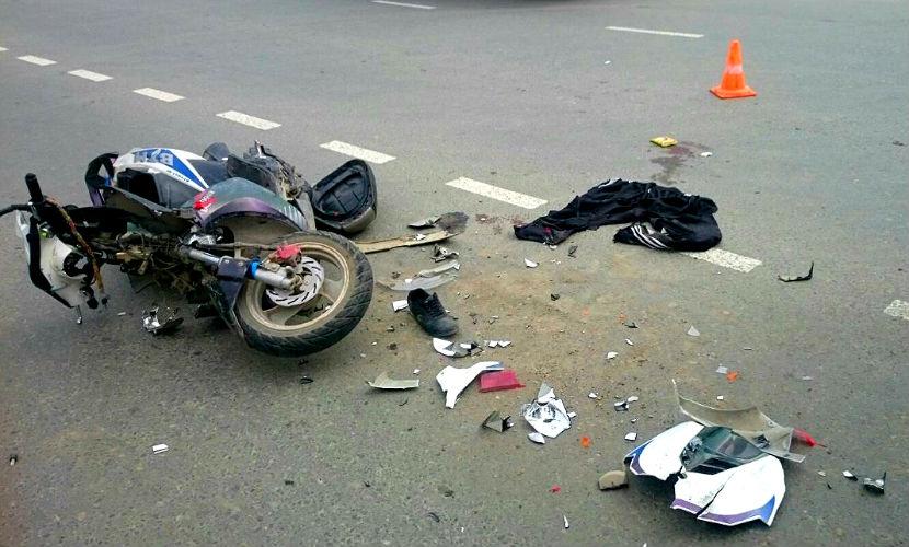 На Сахалине 17-летний мопедист столкнулся с грузовиком, есть пострадавшие