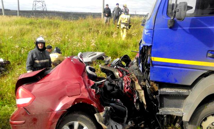 Легковушку раздавило под колесами грузовика, двое погибли