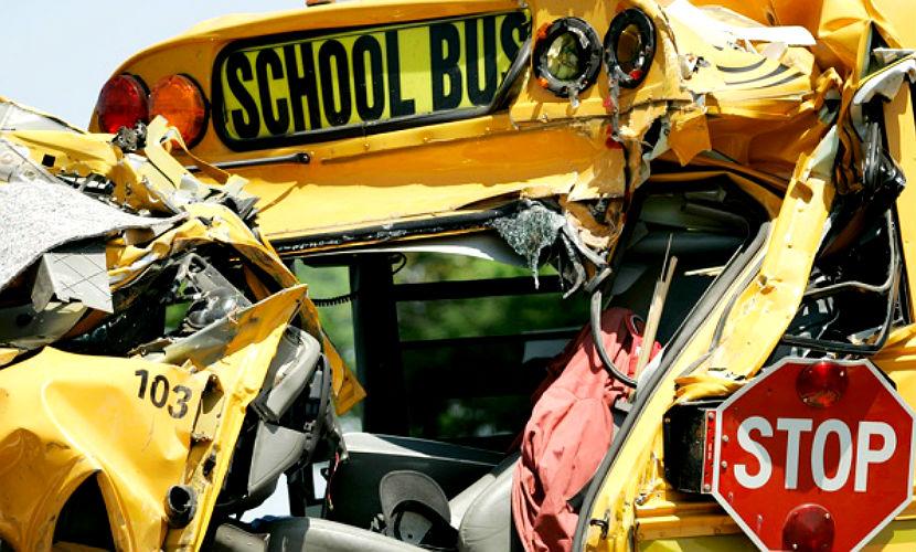 Две ученицы погибли при падении школьного автобуса с эстакады