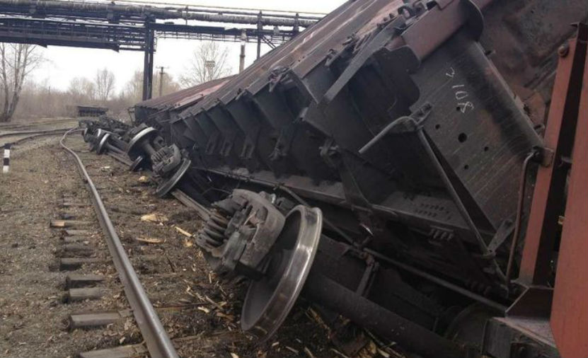 16 вагонов поезда перевернулись в Саратовской области