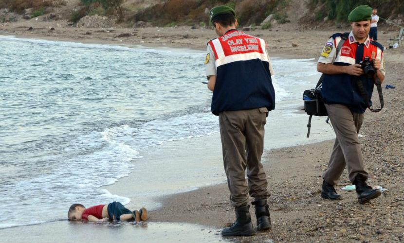 Жуткое фото мертвого ребенка-беженца шокировало Европу