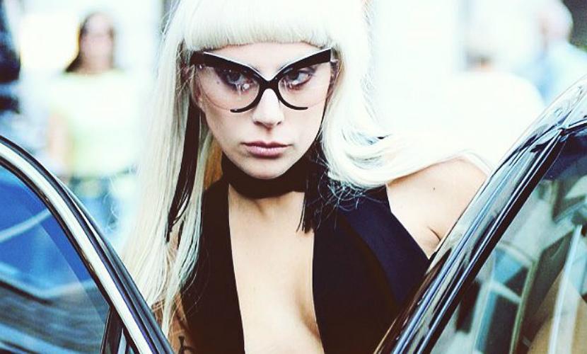Стройная Леди Гага вышла в свет в откровенном наряде