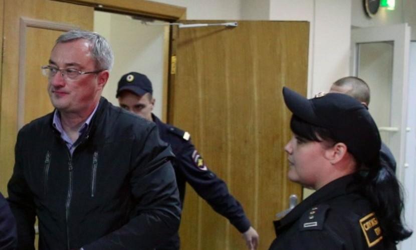 Экс-глава Коми Гайзер проведет под арестом еще четыре месяца