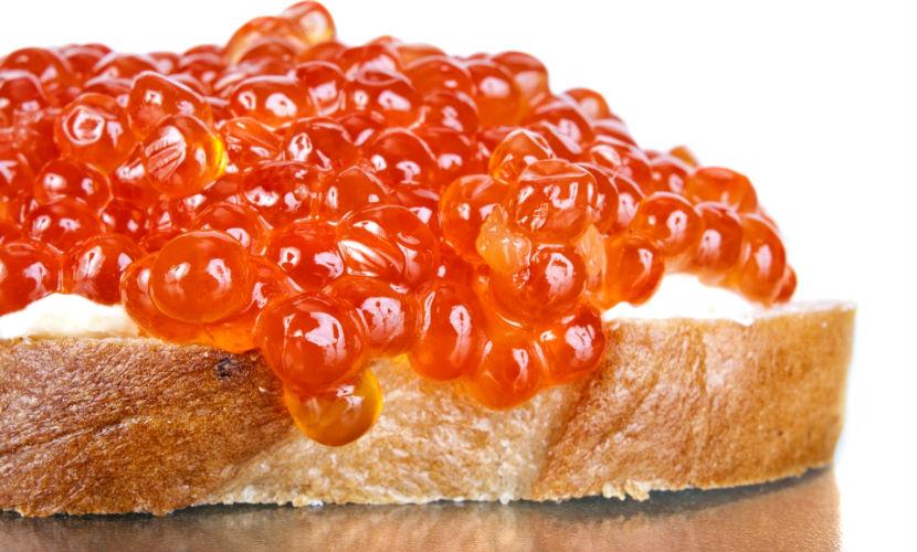 Гигантский бутерброд с 28 кг красной икры приготовили в Магадане