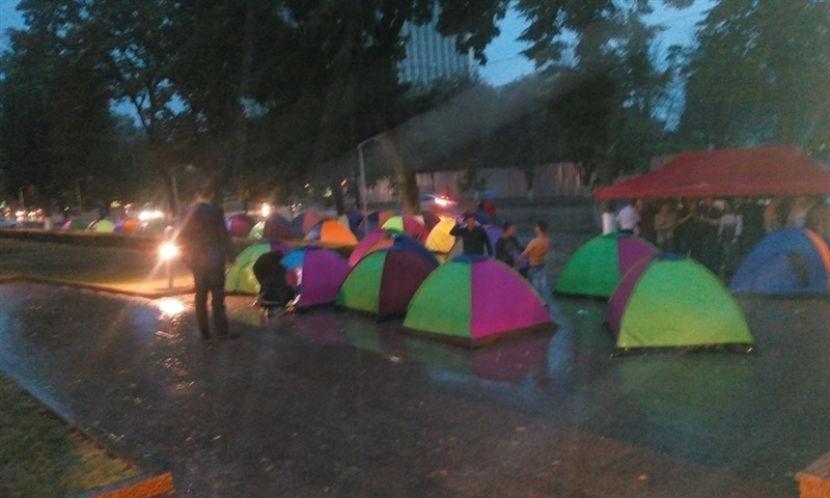 В Молдавии установили первые палатки перед зданием парламента