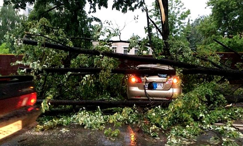Власти Казани ввели режим ЧС из-за разрушительного урагана