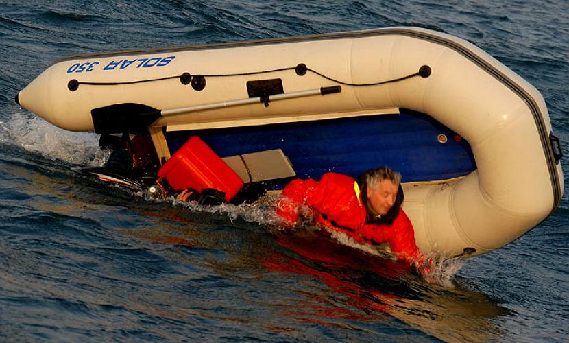 На Дальнем Востоке перевернулась лодка с двумя рыбаками, ведутся их поиски
