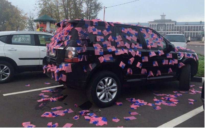 Машину Навального обклеили американскими флагами