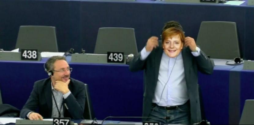 Депутат с лицом Ангелы Меркель едва не сорвал выступление Юнкера
