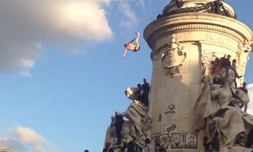 Юноша погиб на музыкальном фестивале, сорвавшись с 25-метрового памятника