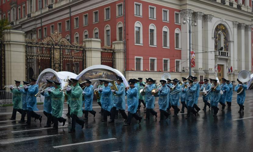 Дождливая Москва отмечает 868-летие парадом оркестров, концертами и ярмарками