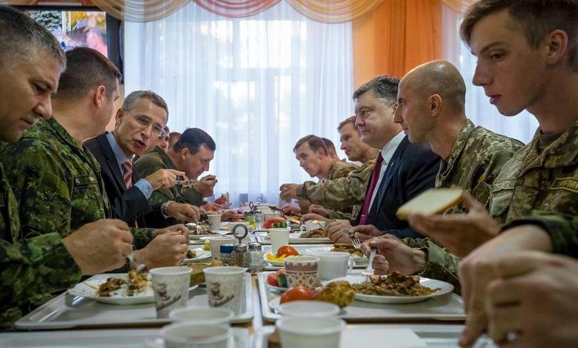 Генсек НАТО пришел в шок от обеда с Порошенко в солдатской столовой