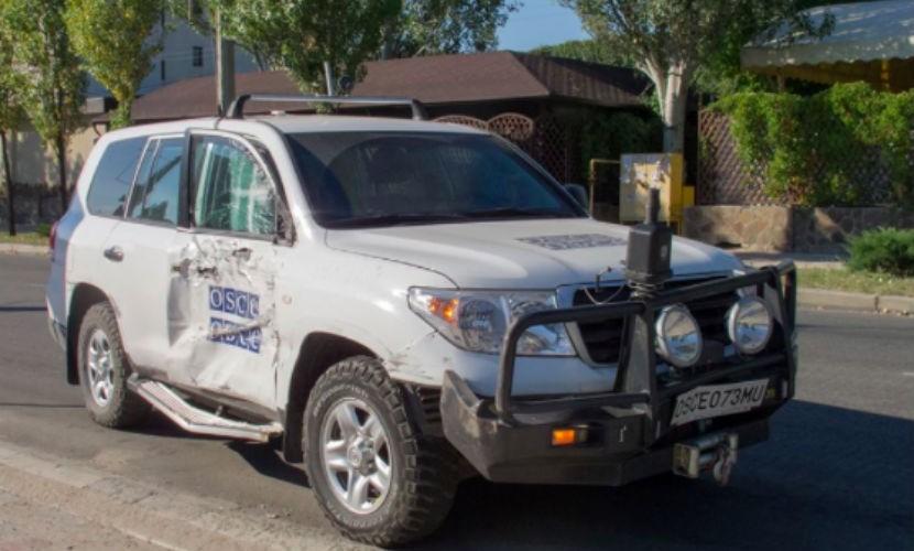 Автомобиль ОБСЕ протаранил пассажирский троллейбус в Луганске
