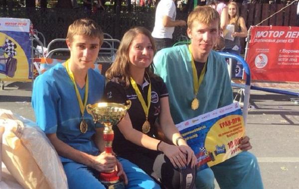 Сексуальная шатенка и ее два кавалера стали чемпионами Воронежа в гонках на кроватях