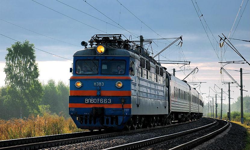 Поезд переехал двух мужчин, устроивших застолье на рельсах