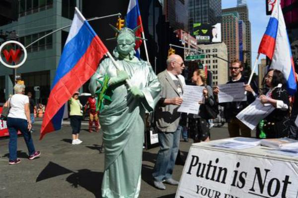 Ньюйоркцы поддержали Путина перед выступлением на Генассамблее ООН, устроив пикет на Таймс-сквер