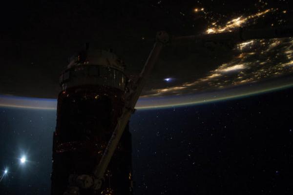 НАСА опубликовало фотографию рассвета из космоса