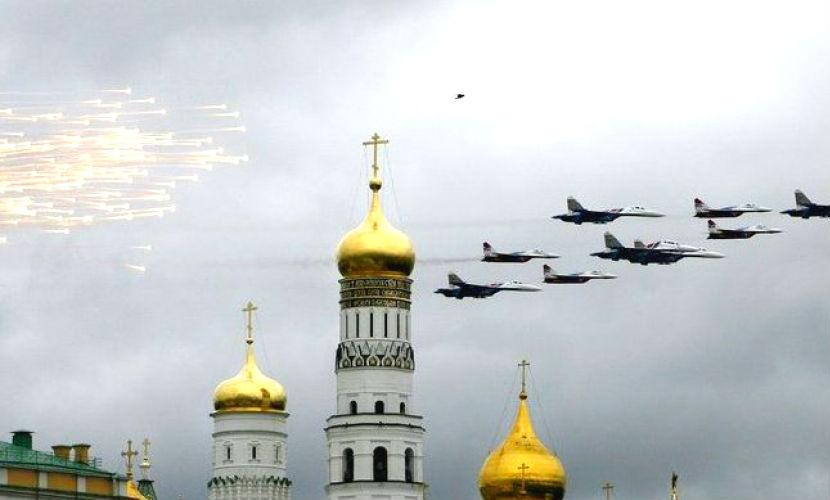Авиация атакует тучи и спасает День Москвы