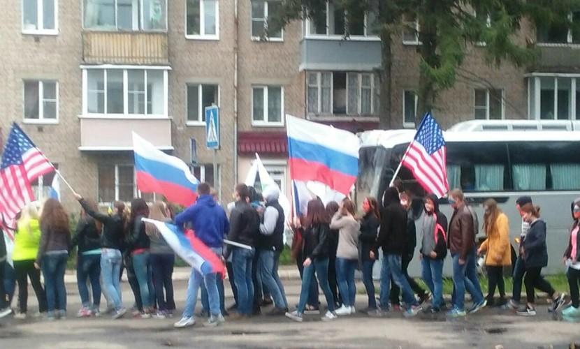 «Поддельная» колонна РПР-ПАРНАС с флагами США прошла маршем по Костроме
